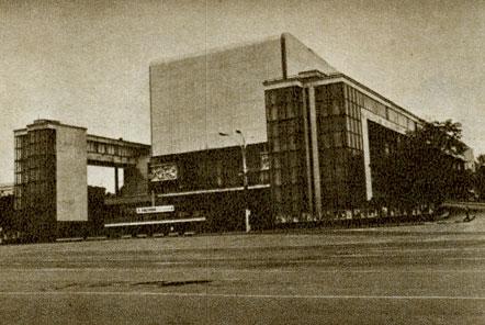 Театр-трактор Театр им. М. Горького, Ростов-на-Дону.  По замыслу архитекторов, здание должно было быть похожим на...