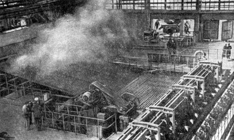 Цех непрерывной сварки труб на Таганрогском металлургическом заводе.